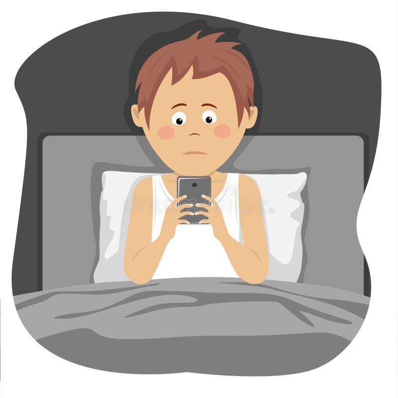 Jugendlichjunge benutzt den Smartphone, der im Bett nachts sitzt stock abbildung