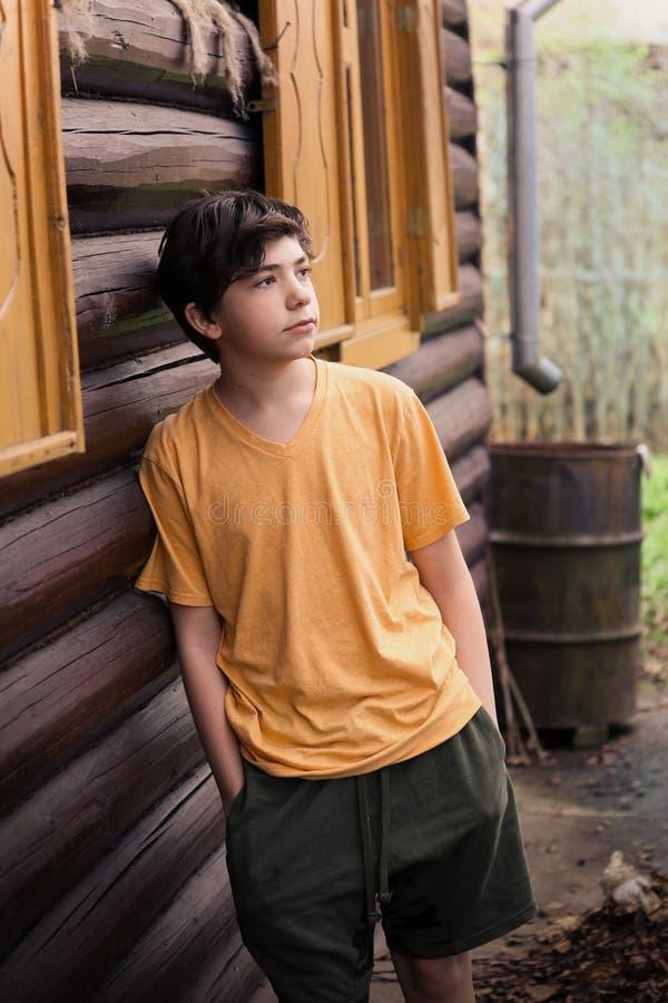 Jugendlichjungen-Kinderin mode zufälliges T-Shirt und volles Körperporträt der kurzen Hosen lizenzfreies stockbild