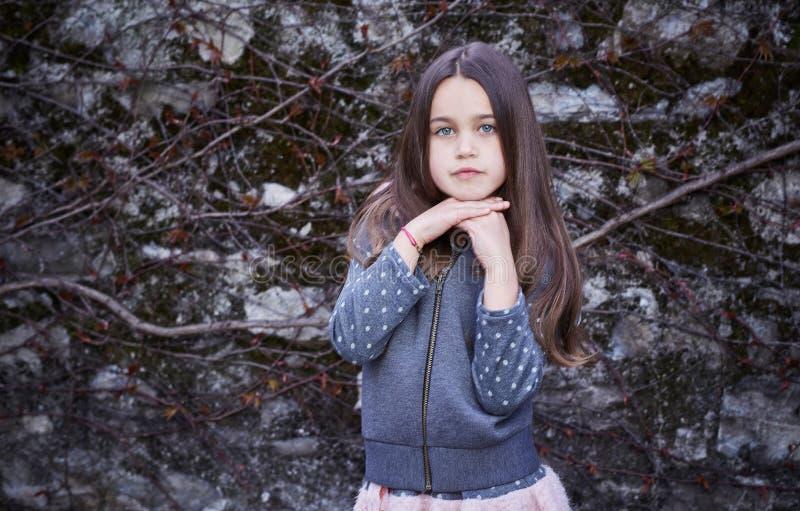 Jugendlichmädchen über grauem Felsenhintergrund lizenzfreies stockbild