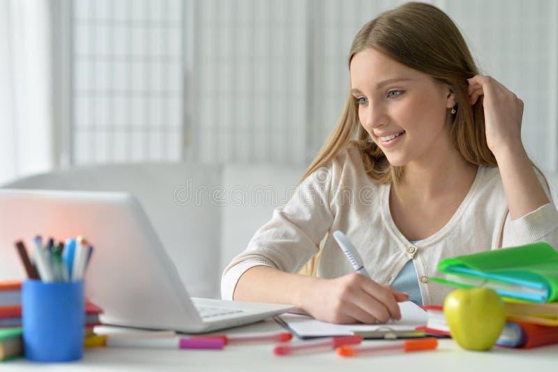 Jugendlichmädchen, das Computer verwendet lizenzfreies stockfoto