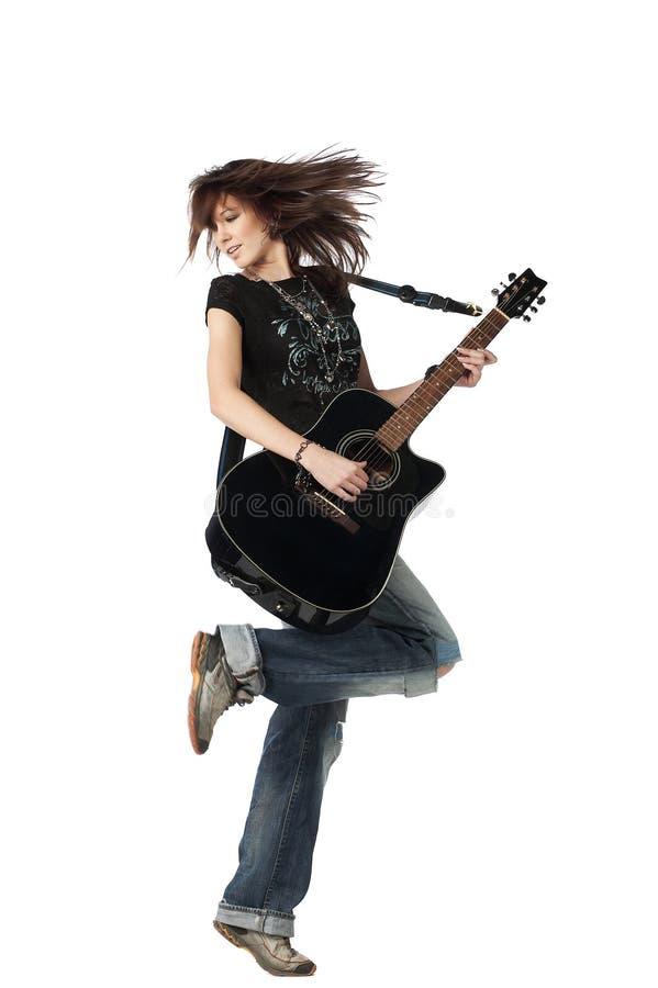 Jugendlichmädchen, das eine Akustikgitarre spielt lizenzfreies stockfoto