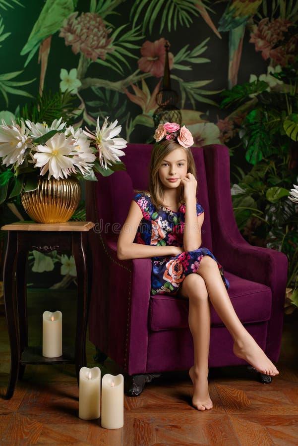 Jugendlichmädchen im Blumenkranz lizenzfreies stockfoto