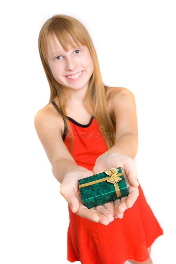 Jugendlichmädchen im roten Kleidholding-Geschenkkasten lizenzfreie stockbilder
