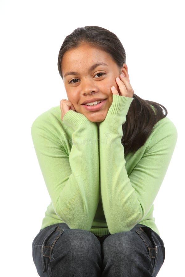 Jugendlichmädchen im Studio stößt auf den entspannten Knien lizenzfreies stockbild