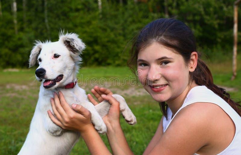 Jugendlichmädchen mit weißem dalmatin Welpen lizenzfreies stockfoto