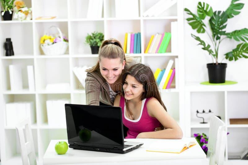 Jugendlichmädcheneinkommen mit Schwester lizenzfreies stockbild