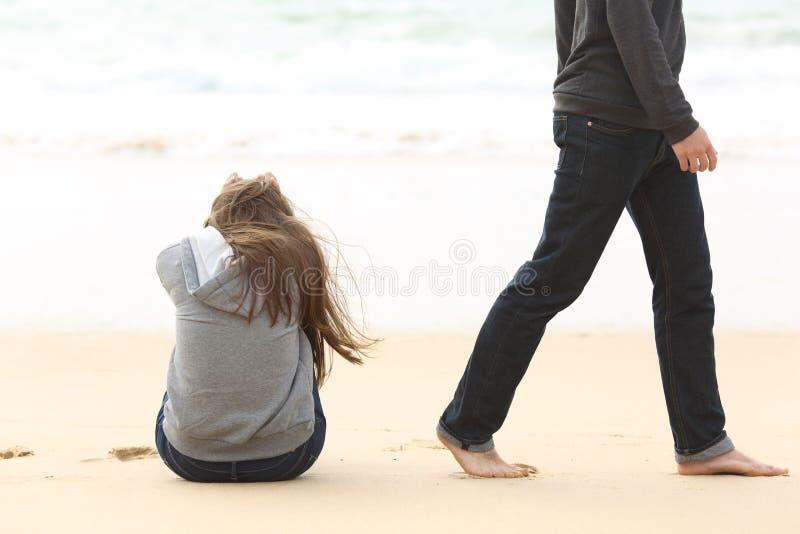 Jugendlichpaarauseinanderfallen-Endbeziehung stockfotos