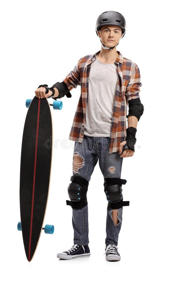 Jugendschlittschuhläufer mit einem longboard und einer Schutzausrüstung stockfotografie