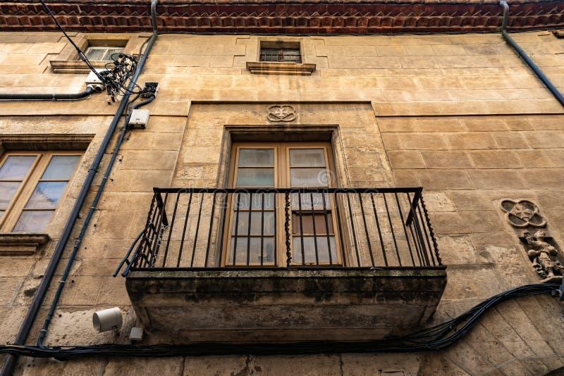 Jugendstilruttgata i Vilafranca del Penedes, Catalonia, Spanien royaltyfria foton