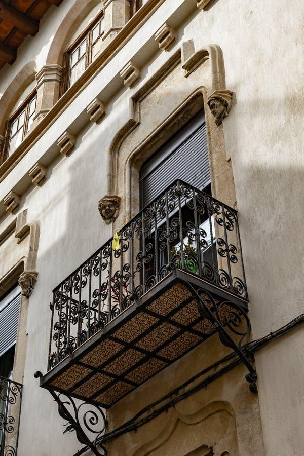 Jugendstilruttgata i Vilafranca del Penedes, Catalonia, Spanien royaltyfri bild