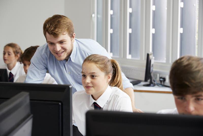 Jugendstudenten, welche die Uniform studiert in IT-Klasse tragen lizenzfreie stockbilder