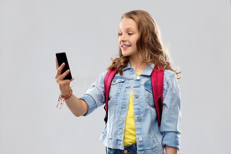 Jugendstudentenmädchen, das selfie durch Smartphone nimmt lizenzfreie stockbilder