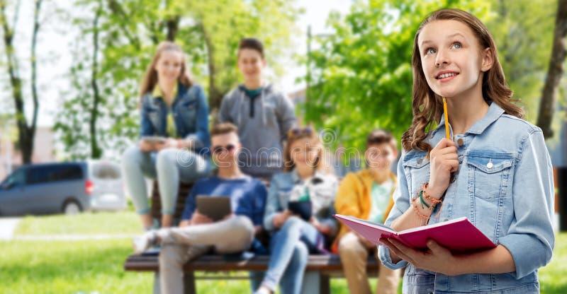 Jugendstudentenm?dchen mit Tagebuch oder Notizbuch lizenzfreie stockfotografie