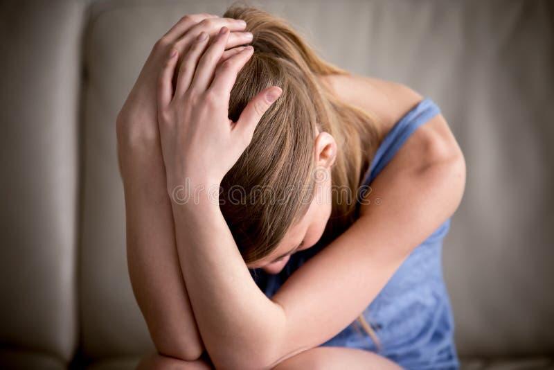 Juger pleurant d'adolescent triste seul principal dans des mains, se sentant enfoncent image stock