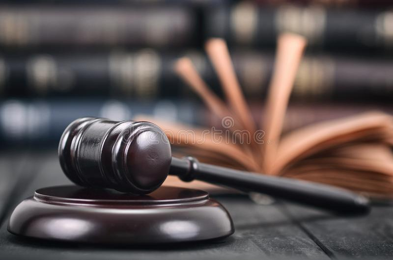Jugez Gavel et le livre de loi sur un fond en bois noir images libres de droits