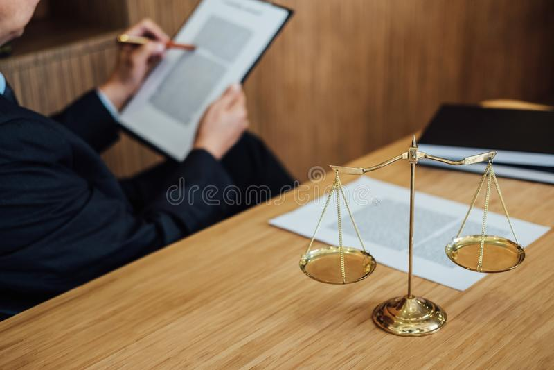 Jugez le marteau avec des avocats de justice, l'homme d'affaires dans le costume ou l'avocat travaillant ? l'des documents Concep photos libres de droits