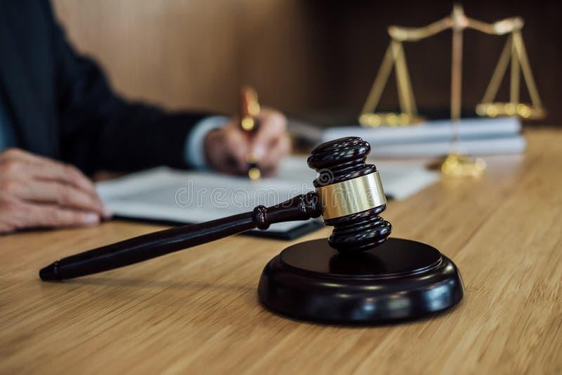 Jugez le marteau avec des avocats de justice, l'homme d'affaires dans le costume ou l'avocat travaillant ? l'des documents Concep photo stock