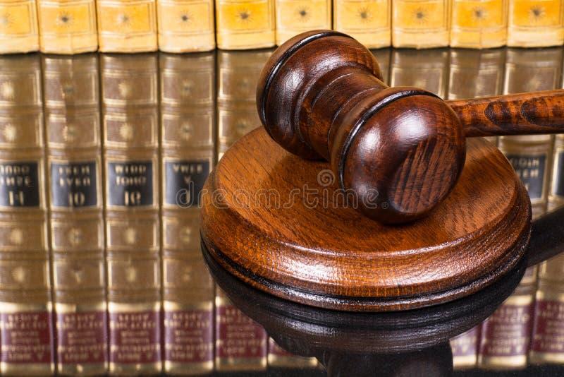 Jugez le marteau avec des livres de loi à l'arrière-plan photo libre de droits