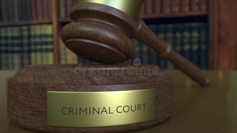 Jugez le marteau du ` s frappant le bloc avec l'inscription de TRIBUNAL PÉNAL rendu 3d illustration libre de droits
