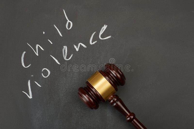 Jugez le marteau sur le fond de tableau noir écrivant le mot image libre de droits