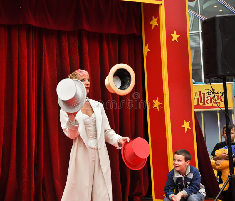 juggler шлемов Дисней цирка меньшее село стоковое изображение