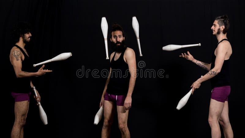 Jugglers цирка во время их представления жезлов стоковые изображения rf
