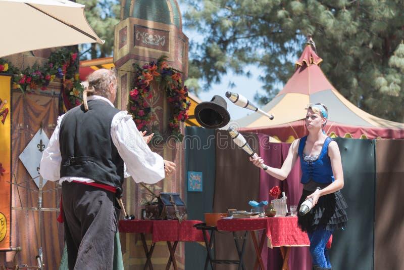 Juglar del mago que se realiza durante la feria del placer del renacimiento imagen de archivo