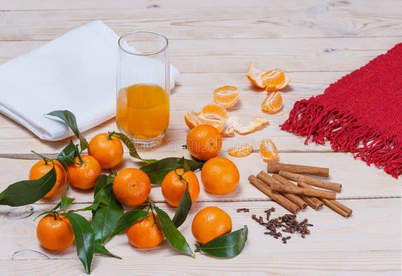 Jugo, canela y clavos de la mandarina fotos de archivo