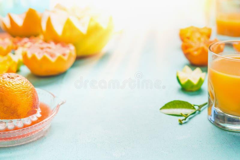 Jugo de frutas c?tricas Vidrio con el jugo de las frutas c?tricas de la mezcla en la tabla en el fondo del d?a soleado Bebidas he fotos de archivo libres de regalías