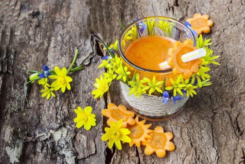 Jugo de la bebida de las zanahorias, sabrosa y sana, vitaminas en verduras imagenes de archivo
