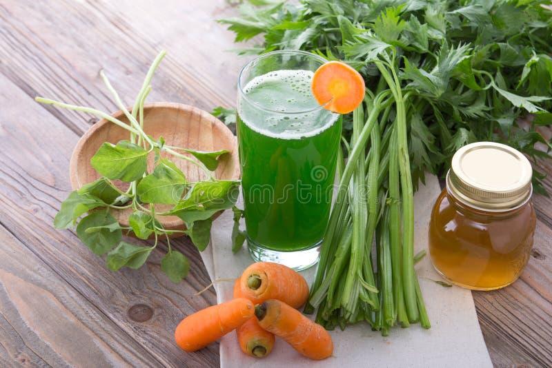 Jugo de la mezcla de la zanahoria y de la espinaca fotografía de archivo
