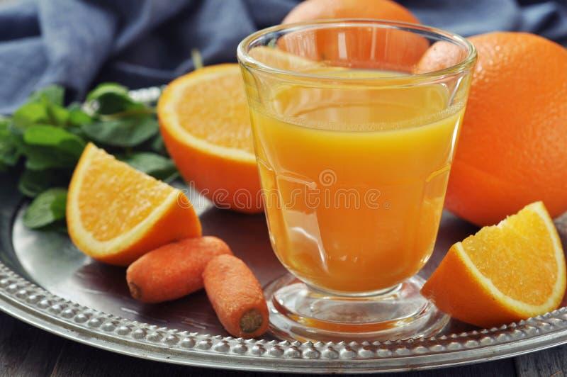 Jugo de la naranja y de zanahoria fotografía de archivo