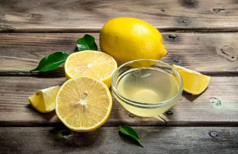 Jugo de limón en el cuenco imagenes de archivo