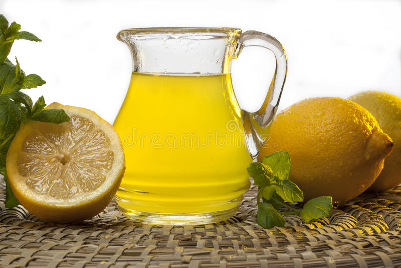 Jugo de limón fresco fotos de archivo