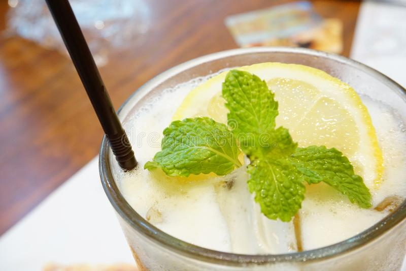 Jugo de lim?n de la soda, fresco, conveniente para las bebidas del verano imagenes de archivo