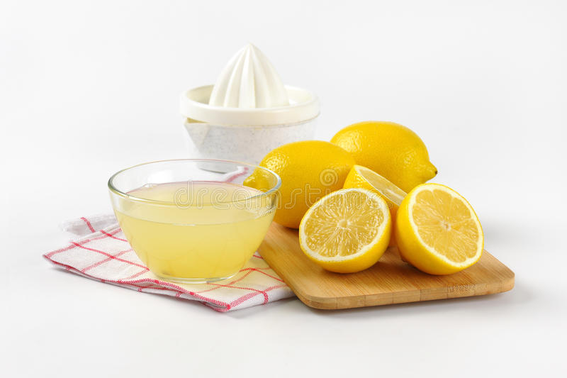 Jugo de limón y limones frescos fotografía de archivo