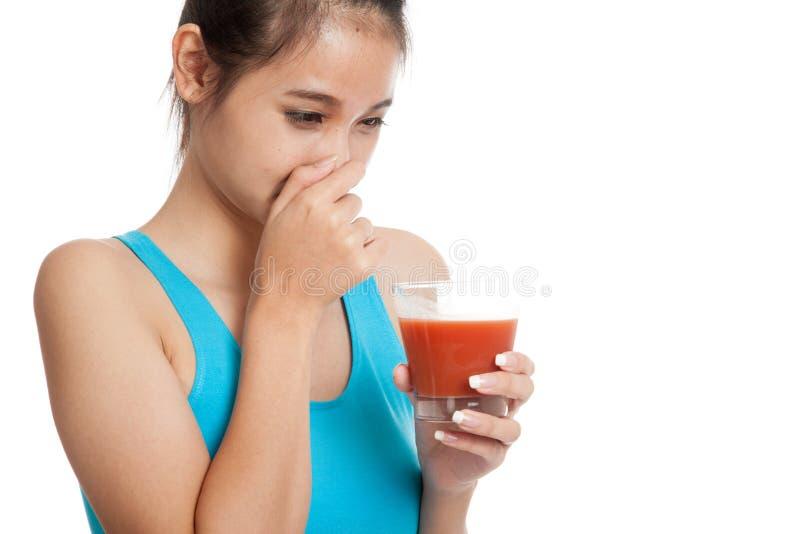 Jugo de tomate asiático sano hermoso del odio de la muchacha fotos de archivo libres de regalías