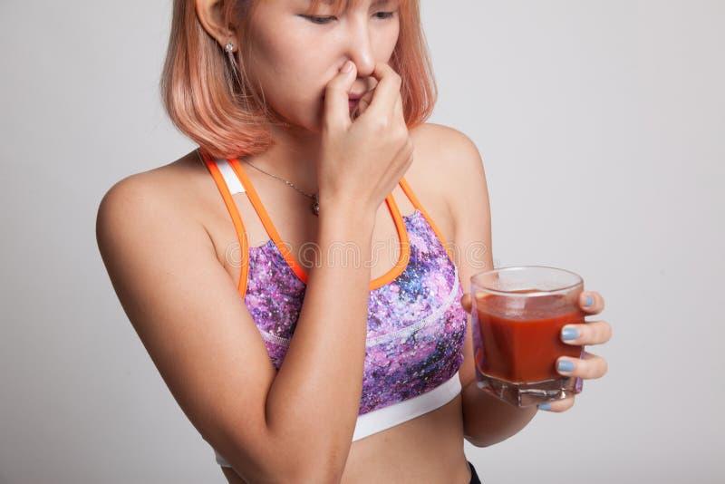 Jugo de tomate asiático sano hermoso del odio de la muchacha imágenes de archivo libres de regalías