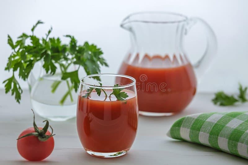 Jugo de tomate en vidrio fotos de archivo