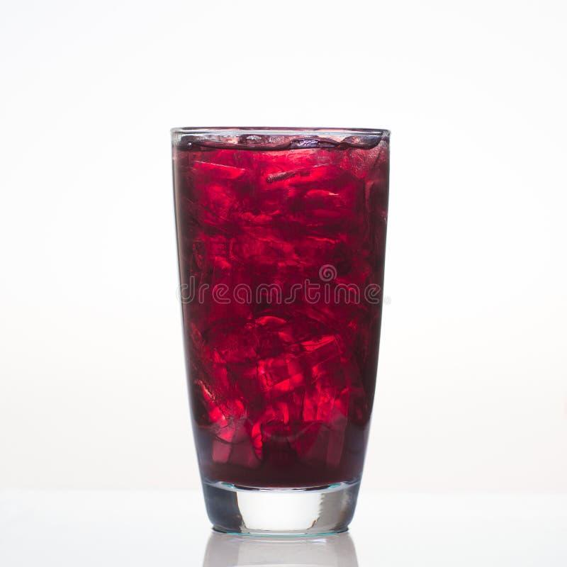 Jugo de uva dulce con hielo en vidrio  fotos de archivo