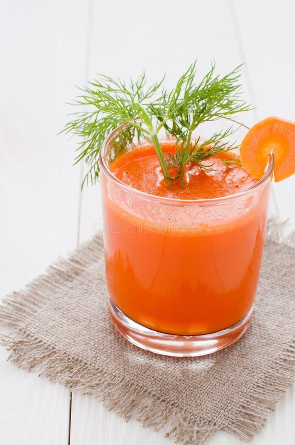Jugo de zanahoria en los vidrios adornados con eneldo imágenes de archivo libres de regalías