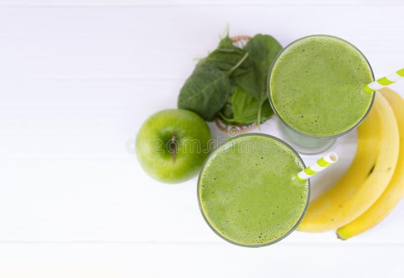 Jugo del smoothie de la manzana de la espinaca de la mezcla del plátano y bebida verde del jugo sanos fotos de archivo libres de regalías