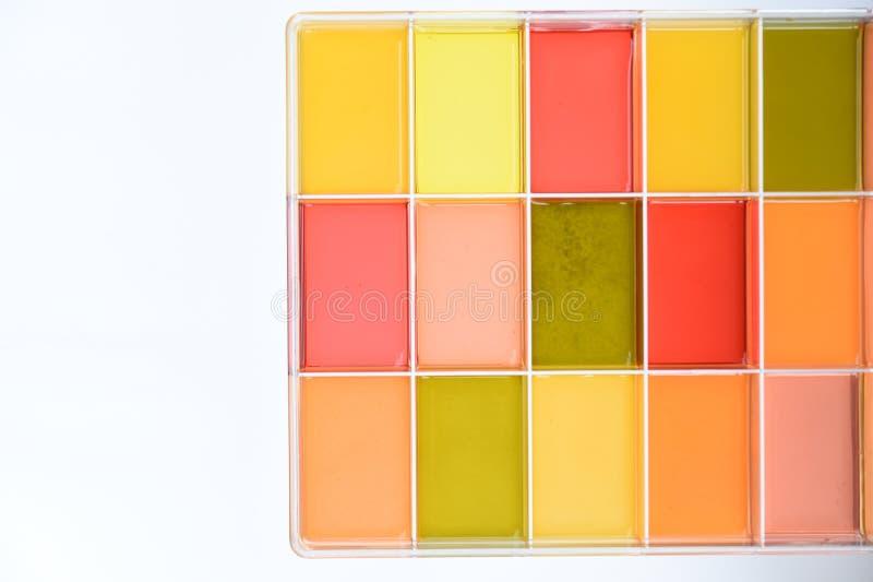 Jugo fresco de la fruta y verdura aislada en caja imagenes de archivo
