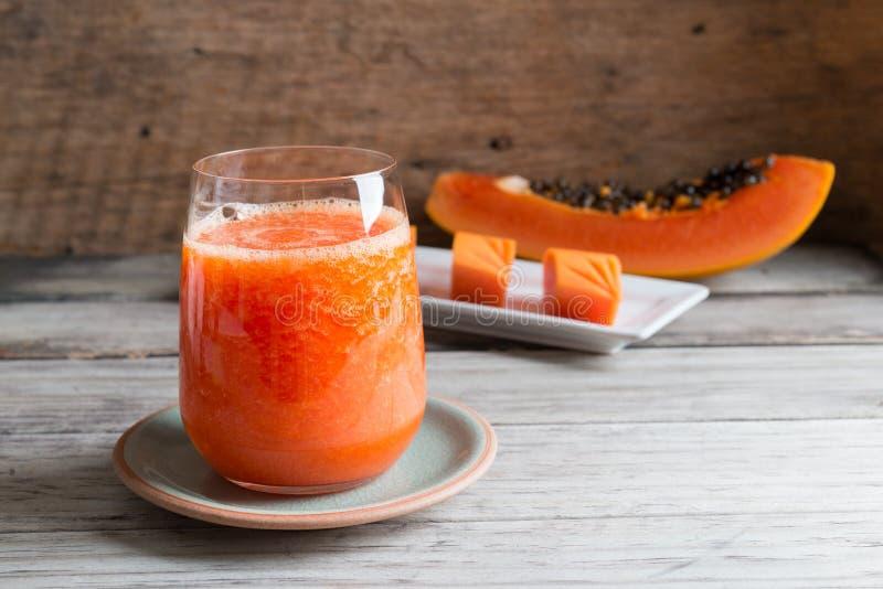 Jugo fresco del smoothie de la papaya en vidrio fotos de archivo