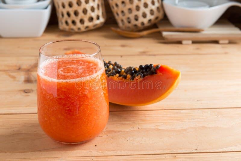 Jugo fresco del smoothie de la papaya en vidrio imagen de archivo libre de regalías