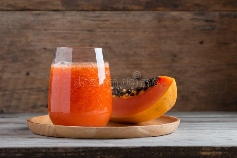 Jugo fresco del smoothie de la papaya en vidrio imagen de archivo