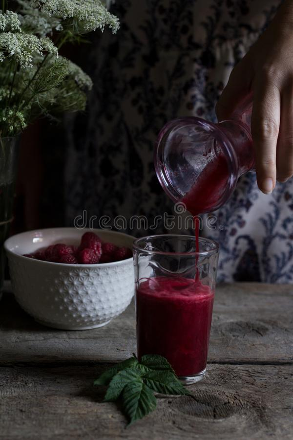 Jugo hecho en casa fresco de la frambuesa hecho de la fruta orgánica del 100% Summ imágenes de archivo libres de regalías