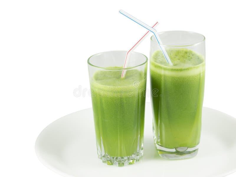 Jugo vegetal verde en los vidrios con la paja fotografía de archivo libre de regalías