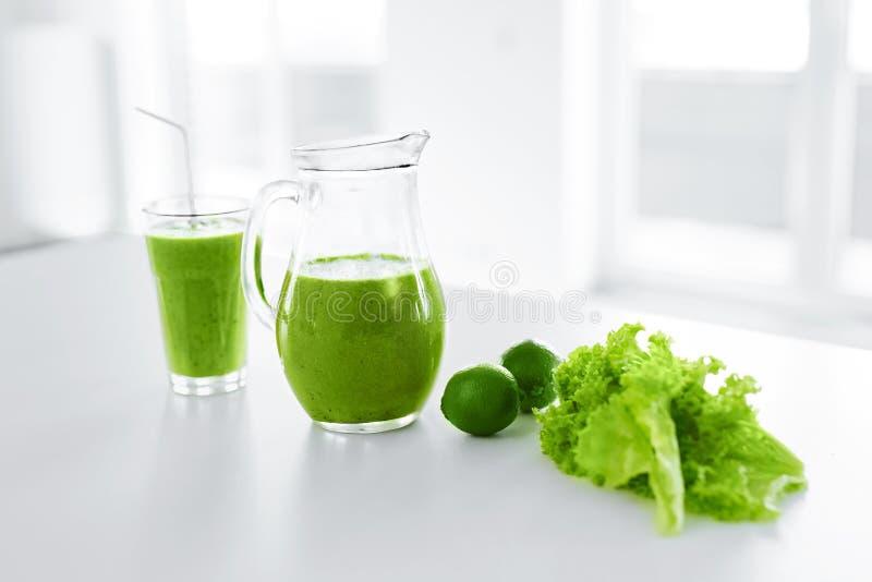 Jugo verde Consumición sana Smoothie del Detox Comida, concepto de la dieta fotografía de archivo
