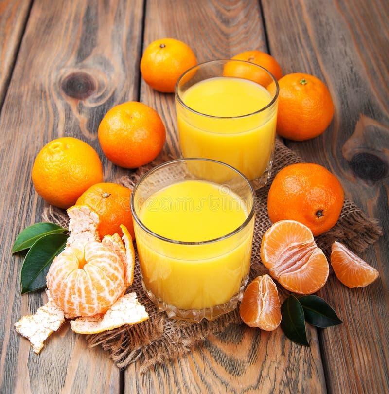 Jugo y mandarinas frescos de la fruta cítrica fotografía de archivo libre de regalías